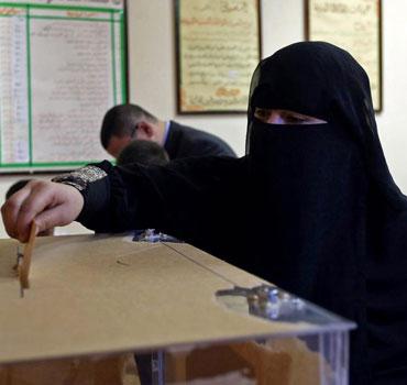 Una mujer egipcia vota en mayo. | Ap