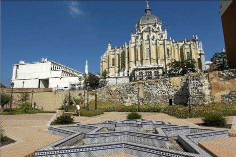 Vista de la Catedral de La Almudena desde el Parque del Emir Mohamed.  Sergio González