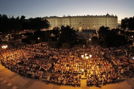 Cientos de personas en una proyección de ópera en la Noche en Blanco. | Foto: A. Di Lolli
