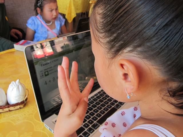 Una niña repasa una lección de sumas en su escuela de Mongolia.   Foto: Khan Academy