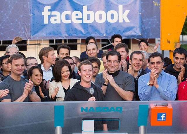 El creador de Facebook, Marck Zuckerberg, toca la campana del Nasdaq con sus empleados. | Afp