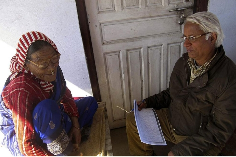 El profesor Madhav Prasad Pokharel conversando con Gyani Maiya Sen | Efe