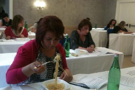 Varias catadoras prueban y evalúan pasta en una degustación, en Roma.