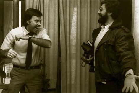 Felipe González bromea con Jose Luis Gutiérrez, en 1982, en el domicilio del primero. | M. GÓMEZ
