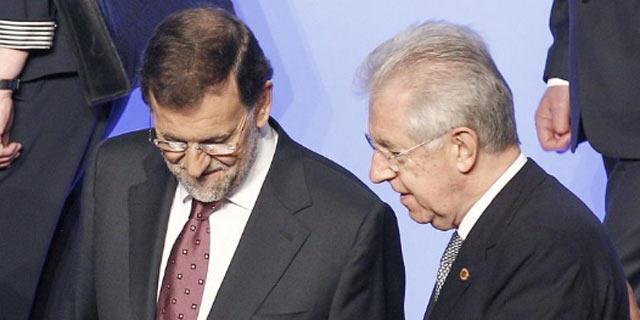 Mariano Rajoy y Mario Monti charlan durante la cumbre de la OTAN en Chicago. | Efe