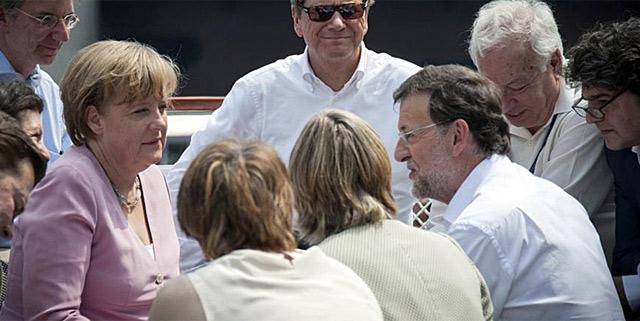 Rajoy y Merkel, con su equipo en el 'First Lady'. | Efe