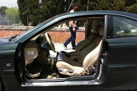 El coche sin puertas, en la calle Santiago Compostela. | H.&A.