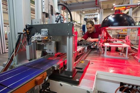 Un operario comprueba la máquina que fabrica los paneles. | Mitxi