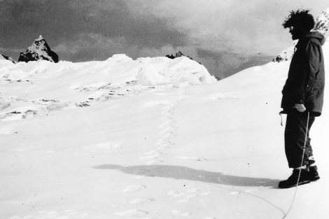 Supuestas huellas del yeti, halladas en 1951 en Menlung. | Foto: E. Shipton