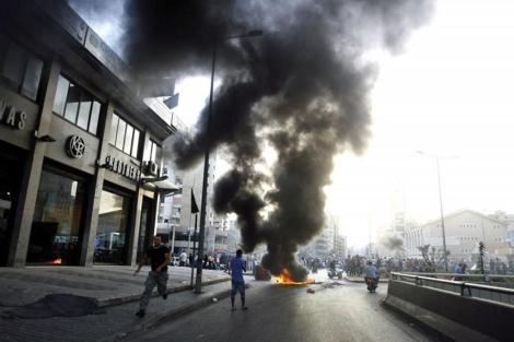 Quema de neumáticos en la calle Qasqas de Beirut.| Reuters.