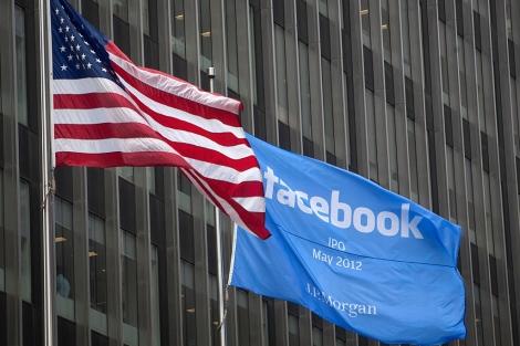 Una bandera anunciando la salida a Bolsa de Facebook, la semana pasada. | Reuters