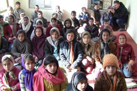Niñas y niños en una clase en Afganistán. | Roberto Benito Leborans