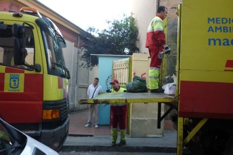 Miembros del servicio de limpieza del Ayuntamiento extrayendo basura del inmueble.   Foto: E. M.