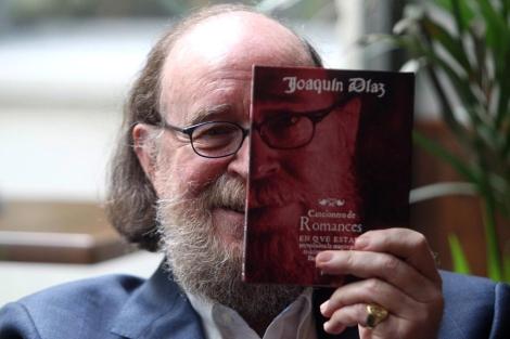 Joaquín Díaz con su 'Cancionero de Romances'.   Ical