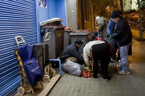 Recogida de alimentos desechados por un supermercado en Barcelona.| Santi Cogolludo