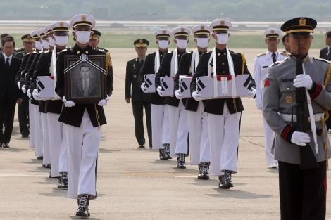 Soldados rinden homenaje a los caídos en la base aérea de Seúl en Seongnam.   Efe