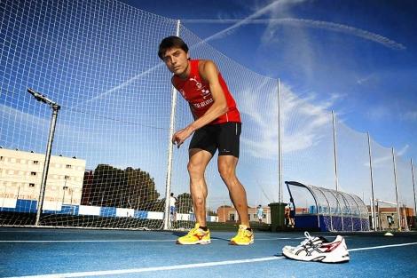 El atleta alicantino Antonio Andújar se prepara para las Paraolimpiadas 2012. | Roberto Pérez