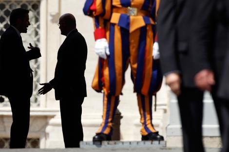 Dos agentes de seguridad esperan la llegada del Papa este sábado en San Pedro. | Reuters