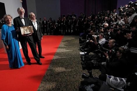 Haneke y sus actores posan ante los fotógrafos con la Palma de Oro. | Reuters