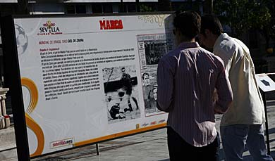 Dos jóvenes observan el panel dedicado al Mundial de 1950.  310687454522