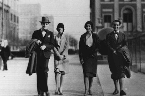 Lorca y unos amigos, cerca de la Universidad de Columbia, en 1930.   Fundación F. G. Lorca