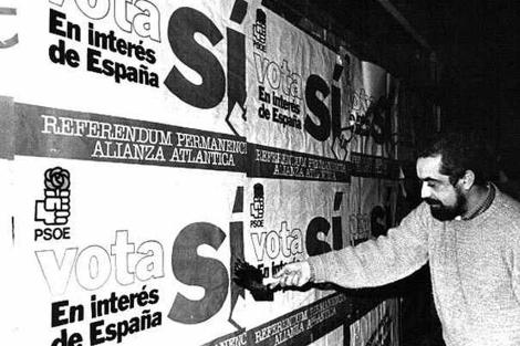 Pegada de carteles en la campaña del referéndum sobre la OTAN en 1982. | EL MUNDO