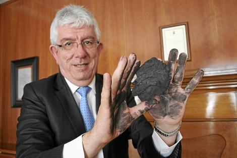 El rector de la Universidad de León se mancha las manos por el carbón. | S. Charro