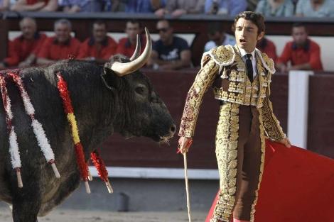 Fernando Robleño frente al tercer toro de José Escolar.   Efe