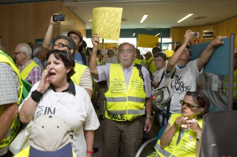 Medio centenar ha entrado en una oficina de Bancaja en Barcelona. | Efe