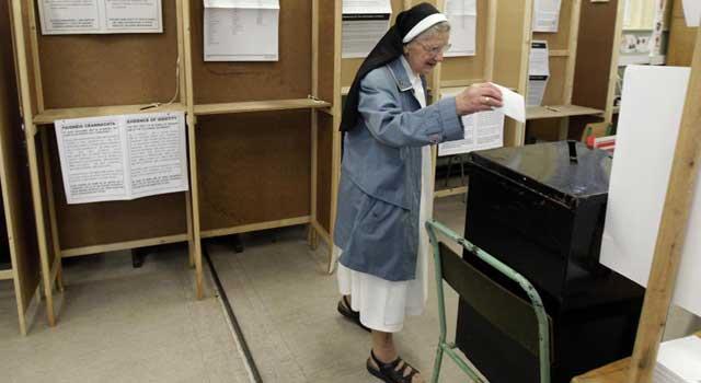 Una monja vota en Dublín el pasado jueves. | Reuters