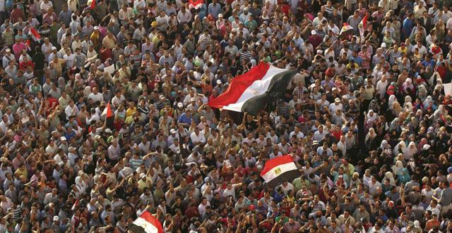 Cientos de manifestantes en la plaza de Tahrir, tras conocer la sentencia.| Reuters