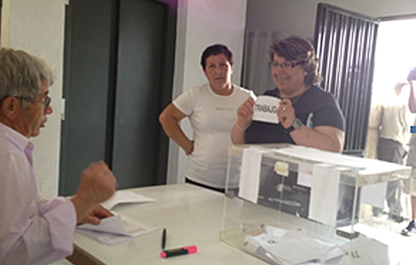 Una mujer vota a favor del trabajo en el referéndum. | D. V.