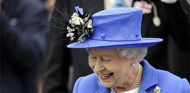 La Reina Isabel II, ayer en el hipódromo de Epsom. | Efe