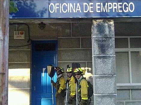 Trabajadores de las BRIF de Galicia, ante una oficina de empleo. | M. S.