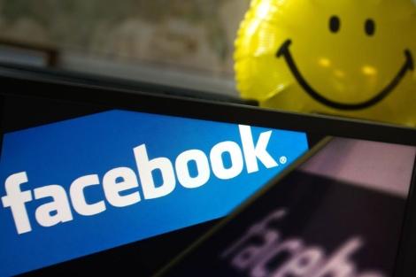 El logotipo de la red social, fotografiado junto a un 'smiley' en Washington. | Afp