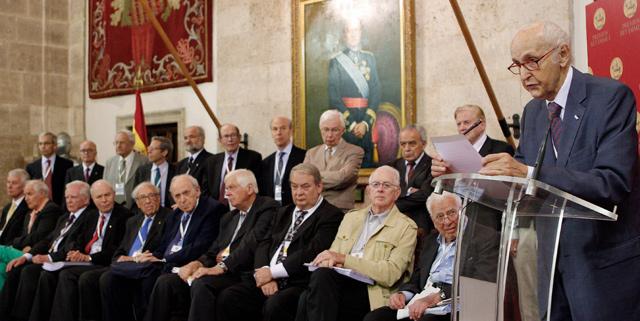 Santiago Grisolía (dcha), ante los premios Nobel integrantes del jurado. | Efe