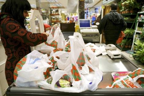 Una clienta llena las bolsas de la compra en un supermercado en 2008. | Sergio González