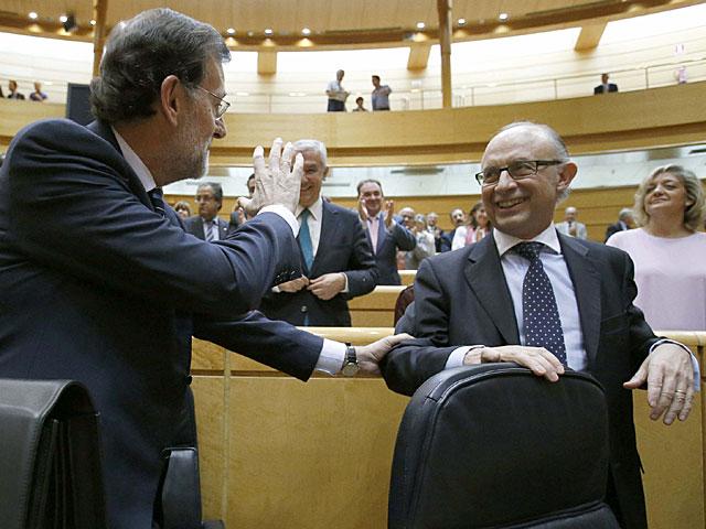 Rajoy saluda a senadores del PP al llegar a su asiento en la Cámara Alta. | J. C. Hidalgo / Efe