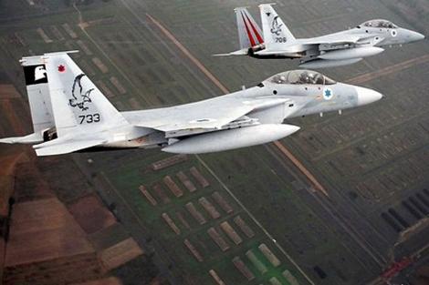 Los tres F-15 liderados por Eshel en su vuelo por Auschwitz.