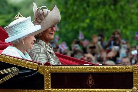La reina Isabel II, en un carruaje con Camilla. | Reuters