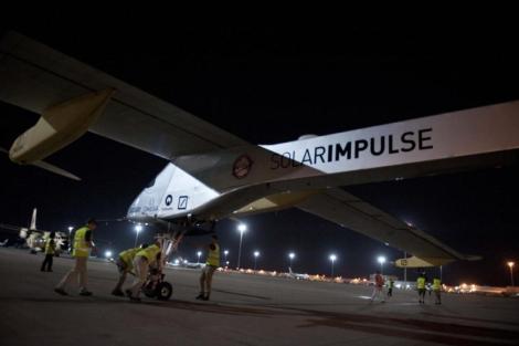 Varios técnicos preparan el 'Solar Impulse' en Barajas.   Efe