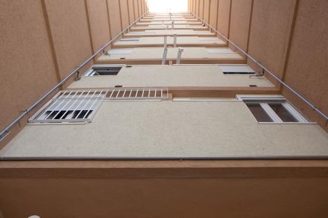 Patio interior de un edificio de pisos en altura en Madrid. | EM