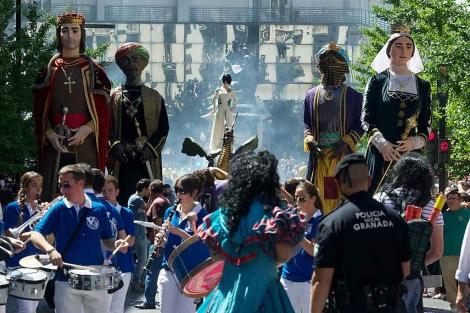 La Tarasca procesiona por las calles del centro de Granada. | Jesús G. Hinchado