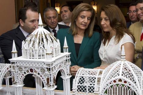 La ministra de Empleo, Fátima Báñez, visita el Ayuntamiento de Almonte. | J. Yáñez