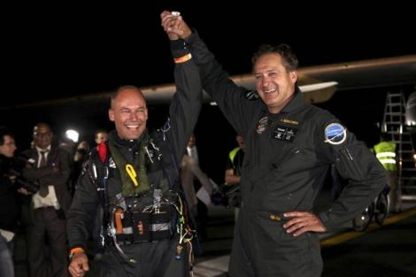 Los pilotos Bertrand Piccard y André Borschberg saludan en el aeropuerto de Rabat. | Efe