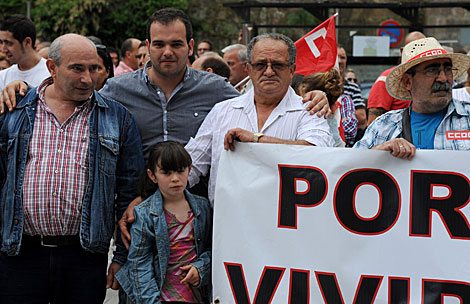La familia de mineros, en un acto de protesta en Mieres. | Alfredo Menéndez