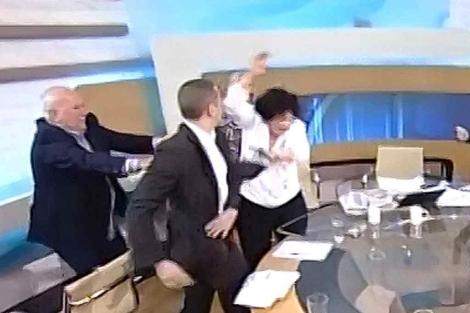 El ultra Kassidiaris (2º izq), abofetea a la diputada Liana Kanelli, en un debate televisado.   Efe
