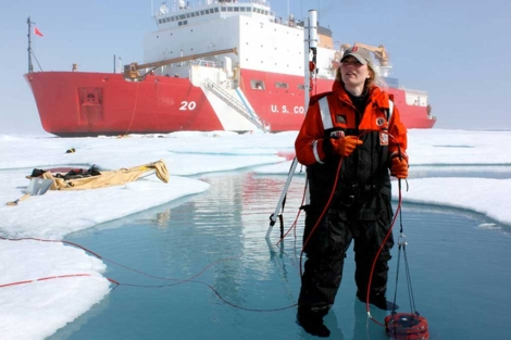 Una de las investigadoras, tomando muestras del agua con plantas en el Ártico. |NASA
