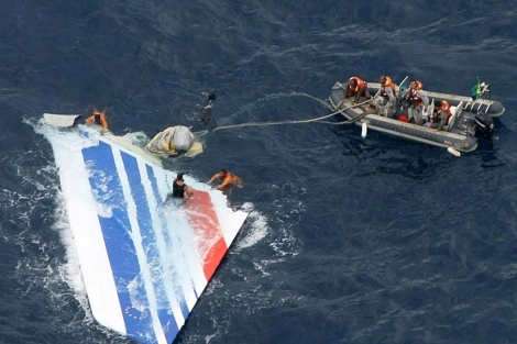 Los equipos de rescate recuperan una parte del avión.   EL MUNDO