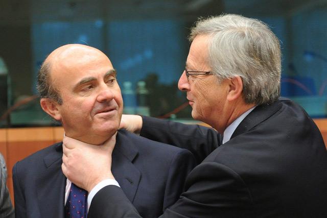 El presidente del Eurogrupo (dcha.) bromea con el ministro español de Economía (izda.). | Efe